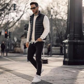 Comment porter: veste sans manches noire, pull à col rond blanc, chemise en jean bleu clair, jean skinny noir
