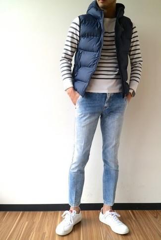 Comment porter: veste sans manches matelassée bleu marine, pull à col rond à rayures horizontales blanc et noir, jean bleu clair, baskets basses en cuir blanches