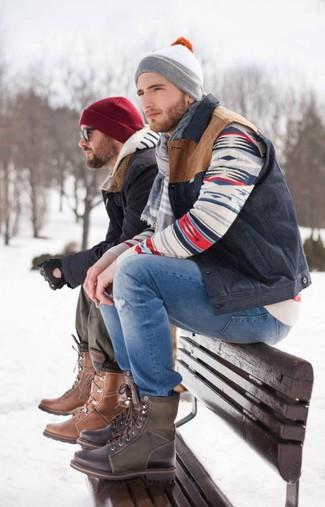 Comment porter une veste sans manches bleu marine: Essaie d'associer une veste sans manches bleu marine avec un jean déchiré bleu pour une tenue relax mais stylée. Ajoute une paire de des bottes de loisirs en cuir marron foncé à ton look pour une amélioration instantanée de ton style.