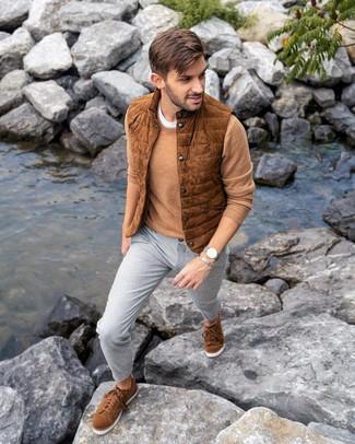 Comment porter: veste sans manches en daim tabac, pull à col rond marron clair, t-shirt à col rond blanc, pantalon chino gris