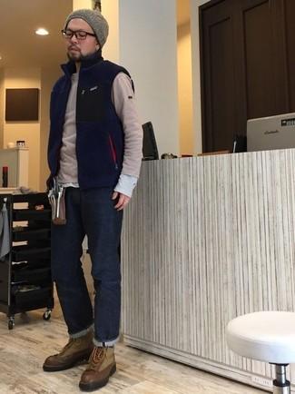 Comment porter: veste sans manches en polaire bleu marine, pull à col rond beige, t-shirt à manche longue gris, jean bleu marine