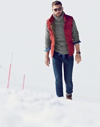Comment porter: veste sans manches matelassée rouge, pull à col roulé en tricot gris, chemise à manches longues en vichy bleue, jean skinny bleu