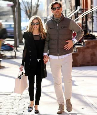 Comment porter: veste sans manches grise, pull à col roulé gris, chemise à manches longues blanche, pantalon chino beige