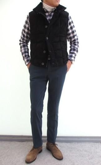 Comment porter: veste sans manches matelassée noire, pull à col roulé blanc, chemise à manches longues en vichy noire et blanche, pantalon de costume en laine gris foncé
