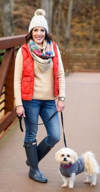 Comment porter: veste sans manches rouge, pull à col roulé en tricot beige, jean bleu, bottes de pluie bleu marine