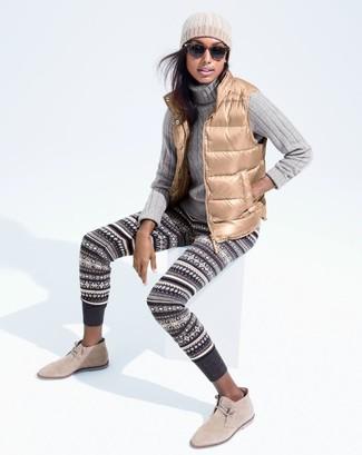 Comment porter: veste sans manches marron clair, pull à col roulé en tricot gris, leggings en jacquard gris foncé, bottines chukka en daim beiges