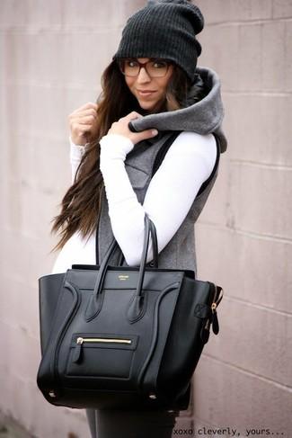 Comment porter: veste sans manches grise, pull à col roulé blanc, leggings gris foncé, sac fourre-tout en cuir noir