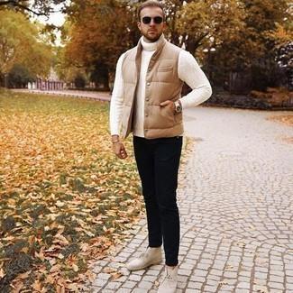 Comment porter des lunettes de soleil marron foncé: Pour une tenue aussi confortable que ton canapé, pense à harmoniser une veste sans manches matelassée marron clair avec des lunettes de soleil marron foncé. Une paire de bottines chukka en daim beiges est une façon simple d'améliorer ton look.