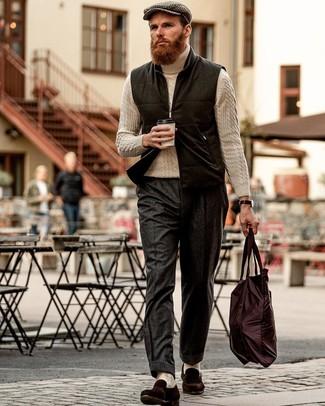 Comment porter une veste sans manches en laine noire: Harmonise une veste sans manches en laine noire avec un pantalon de costume en laine gris foncé pour une silhouette classique et raffinée. Une paire de des slippers en daim marron foncé est une option parfait pour complèter cette tenue.