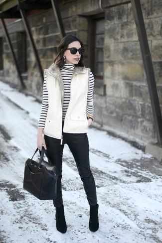 Comment porter: veste sans manches blanche, pull à col roulé à rayures horizontales blanc et noir, pantalon slim en cuir noir, bottines en daim noires