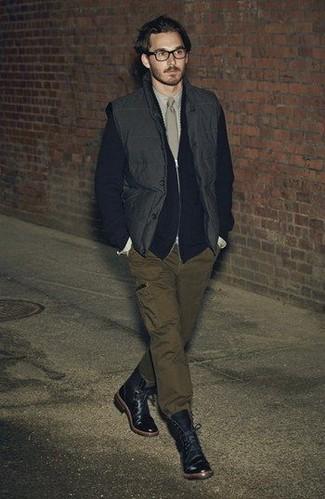 Comment porter: veste sans manches noire, pull à fermeture éclair noir, chemise de ville beige, pantalon cargo olive