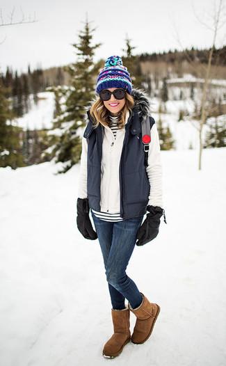 Comment porter: veste sans manches gris foncé, pull à fermeture éclair blanc, pull à col roulé à rayures horizontales blanc et noir, jean skinny bleu marine