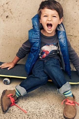 Comment porter: veste sans manches bleue, pull gris foncé, jean bleu marine, bottines chukka marron clair