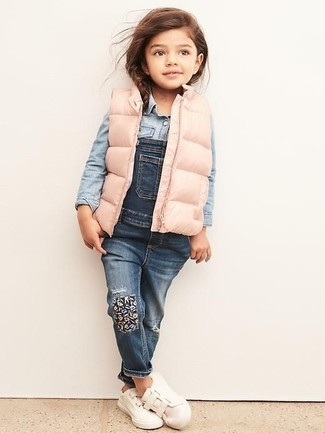 Comment porter: veste sans manches rose, chemise de ville en denim bleu clair, salopette en denim bleue, baskets blanches