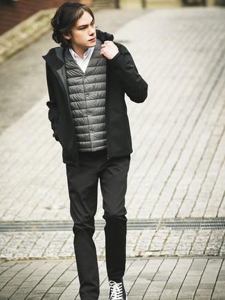 Comment porter: veste sans manches grise, sweat à capuche noir, chemise à manches longues blanche, pantalon chino noir