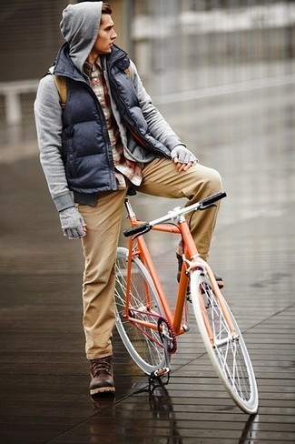 Comment porter: veste sans manches matelassée bleu marine, sweat à capuche gris, chemise à manches longues écossaise bordeaux, pantalon chino marron clair