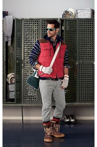 Comment porter: veste sans manches matelassée rouge, sweat à capuche à rayures horizontales bleu marine, chemise à manches longues écossaise bleu marine, jean gris