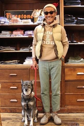 Comment porter: veste sans manches matelassée beige, sweat à capuche imprimé marron clair, pantalon chino olive, bottines chukka en daim grises