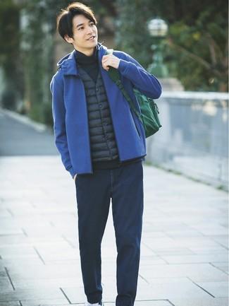 Comment porter: veste sans manches bleu marine, sweat à capuche bleu, pull à col roulé bleu marine, jean bleu marine