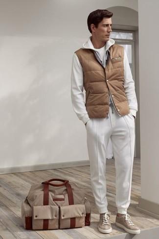Comment porter: veste sans manches matelassée marron clair, sweat à capuche blanc, t-shirt à col rond blanc, pantalon de jogging blanc