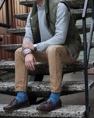 Comment porter des chaussures bateau en cuir marron foncé: Pour une tenue de tous les jours pleine de caractère et de personnalité pense à marier une veste sans manches matelassée olive avec un jean marron clair. Cette tenue est parfait avec une paire de chaussures bateau en cuir marron foncé.
