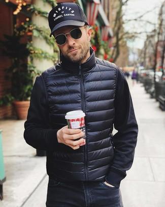 Comment porter: veste sans manches noire, sweat-shirt noir, jean noir, casquette de base-ball imprimée noire et blanche