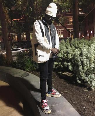 Comment porter: veste sans manches noire, sweat-shirt blanc, jean skinny déchiré noir, chaussures de sport multicolores
