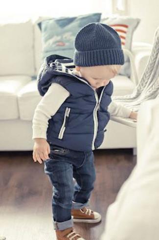 Comment porter: veste sans manches bleu marine, t-shirt à manche longue blanc, jean bleu marine, baskets marron