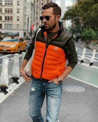 Comment porter: veste sans manches matelassée orange, t-shirt à manche longue gris foncé, jean déchiré bleu, sac fourre-tout en toile beige