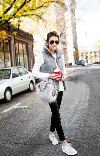 Comment porter: veste sans manches matelassée grise, t-shirt à manche longue blanc, pantalon chino noir, baskets basses grises