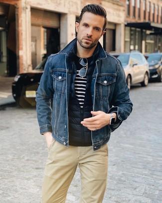 Comment porter: veste sans manches matelassée bleu marine, veste en jean bleu marine, pull à col rond à rayures horizontales bleu marine et blanc, pantalon chino marron clair