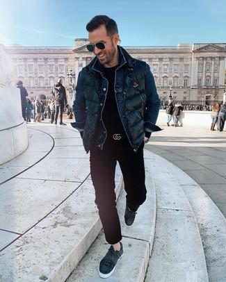 Comment porter: veste sans manches matelassée noire, veste en jean bleu marine, pull à col rond noir, pantalon chino noir