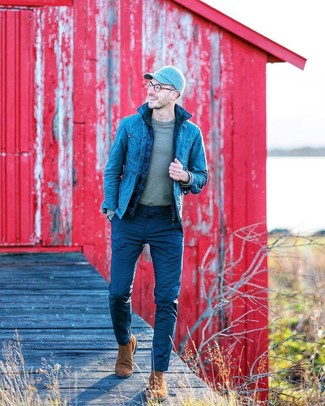 Comment porter: veste sans manches matelassée bleu marine, veste en jean bleue, t-shirt à manche longue gris, pantalon chino bleu marine
