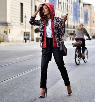 Comment porter un sac bandoulière en cuir noir: Choisis une veste sans manches rouge et un sac bandoulière en cuir noir pour une tenue relax mais stylée. Une paire de des escarpins en cuir à clous noirs est une option astucieux pour complèter cette tenue.