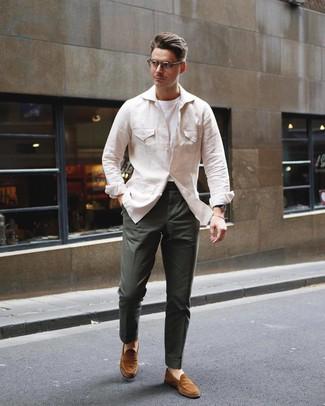 Comment porter: veste style militaire en lin beige, t-shirt à col rond blanc, pantalon chino vert foncé, slippers en daim tabac