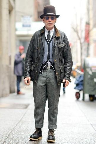 Comment porter: veste style militaire noire, blazer en laine gris foncé, cardigan noir et blanc, chemise de ville blanche