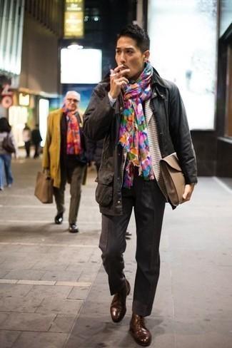 Comment porter un blazer en pied-de-poule marron: Porte un blazer en pied-de-poule marron et un pantalon de costume gris foncé pour une silhouette classique et raffinée. Jouez la carte décontractée pour les chaussures et opte pour une paire de des bottines chukka en cuir marron.