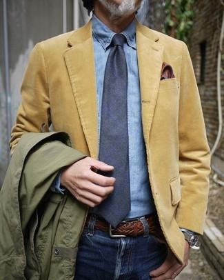 Comment porter: veste style militaire olive, blazer en velours côtelé marron clair, chemise en jean bleu clair, jean bleu