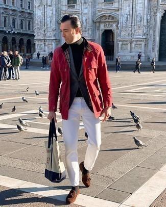 Comment s'habiller après 40 ans: Associe une veste style militaire rouge avec un jean blanc pour un look de tous les jours facile à porter. Jouez la carte classique pour les chaussures et choisis une paire de mocassins à pampilles en daim marron.