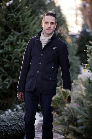 Comment porter: veste style militaire en laine bleu marine, jean bleu marine, écharpe en tricot beige, gants en cuir marron