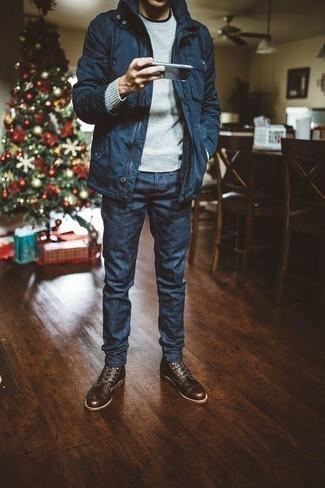 Comment porter un pull à col rond gris: Essaie d'associer un pull à col rond gris avec un jean bleu marine pour une tenue confortable aussi composée avec goût. Jouez la carte classique pour les chaussures et opte pour une paire de des bottes de loisirs en cuir marron foncé.