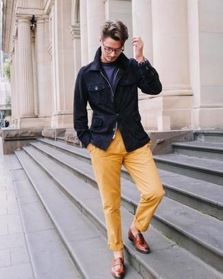 Comment porter: veste style militaire en daim bleu marine, t-shirt à col rond bleu marine, pantalon chino jaune, slippers en cuir marron