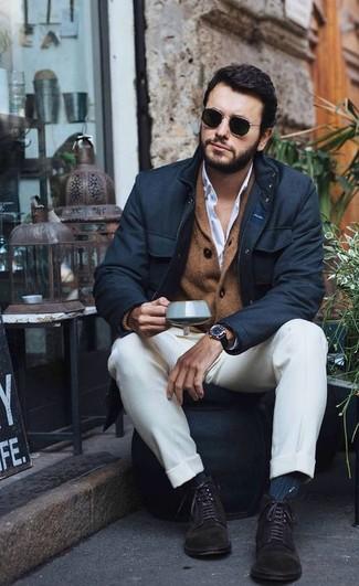Comment porter: veste style militaire noire, cardigan à col châle marron, chemise de ville blanche, pantalon de costume blanc