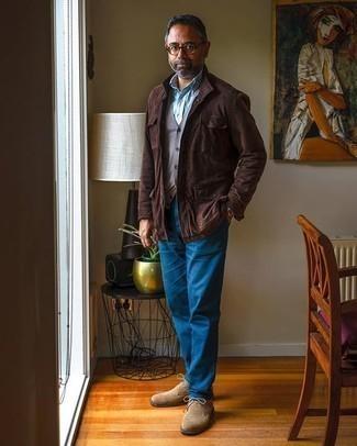 Tendances mode hommes: Pour créer une tenue idéale pour un déjeuner entre amis le week-end, harmonise une veste style militaire en daim marron foncé avec un pantalon chino bleu. Une paire de des bottines chukka en daim marron clair est une option avisé pour complèter cette tenue.