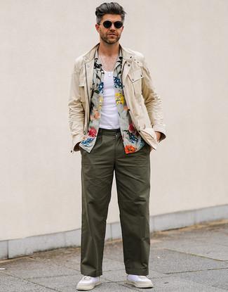 Comment porter un pantalon chino vert foncé: Pense à porter une veste style militaire beige et un pantalon chino vert foncé pour un déjeuner le dimanche entre amis. Jouez la carte décontractée pour les chaussures et assortis cette tenue avec une paire de des baskets basses blanches.