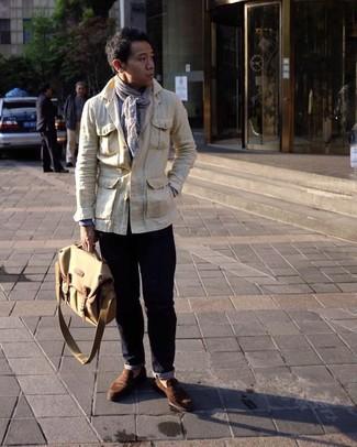 Comment porter: veste style militaire beige, chemise à manches longues bleu clair, jean bleu marine, slippers en daim marron