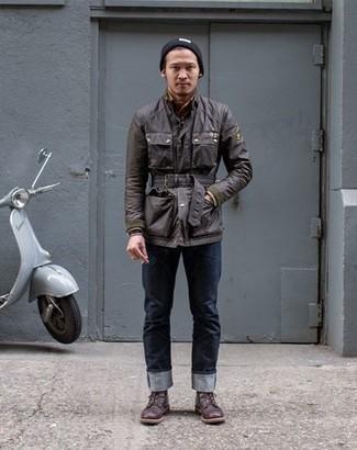 Comment porter un jean: Pense à porter une veste style militaire marron foncé et un jean pour affronter sans effort les défis que la journée te réserve. Jouez la carte classique pour les chaussures et termine ce look avec une paire de des bottes de loisirs en cuir bordeaux.