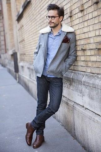Comment porter: veste style militaire en laine grise, chemise à manches longues en chambray bleu clair, jean skinny noir, bottines chelsea en cuir marron