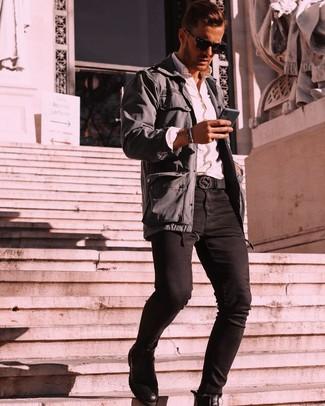 Comment porter: veste style militaire gris foncé, chemise à manches longues blanche, jean skinny noir, bottines chelsea en cuir noires