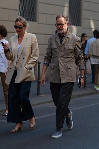 Comment porter: veste style militaire marron, chemise à manches longues écossaise blanc et rouge et bleu marine, pantalon chino noir, baskets basses grises